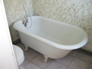Even an old-fashioned bathtub. I guess it's 100 years old, just like the house.
